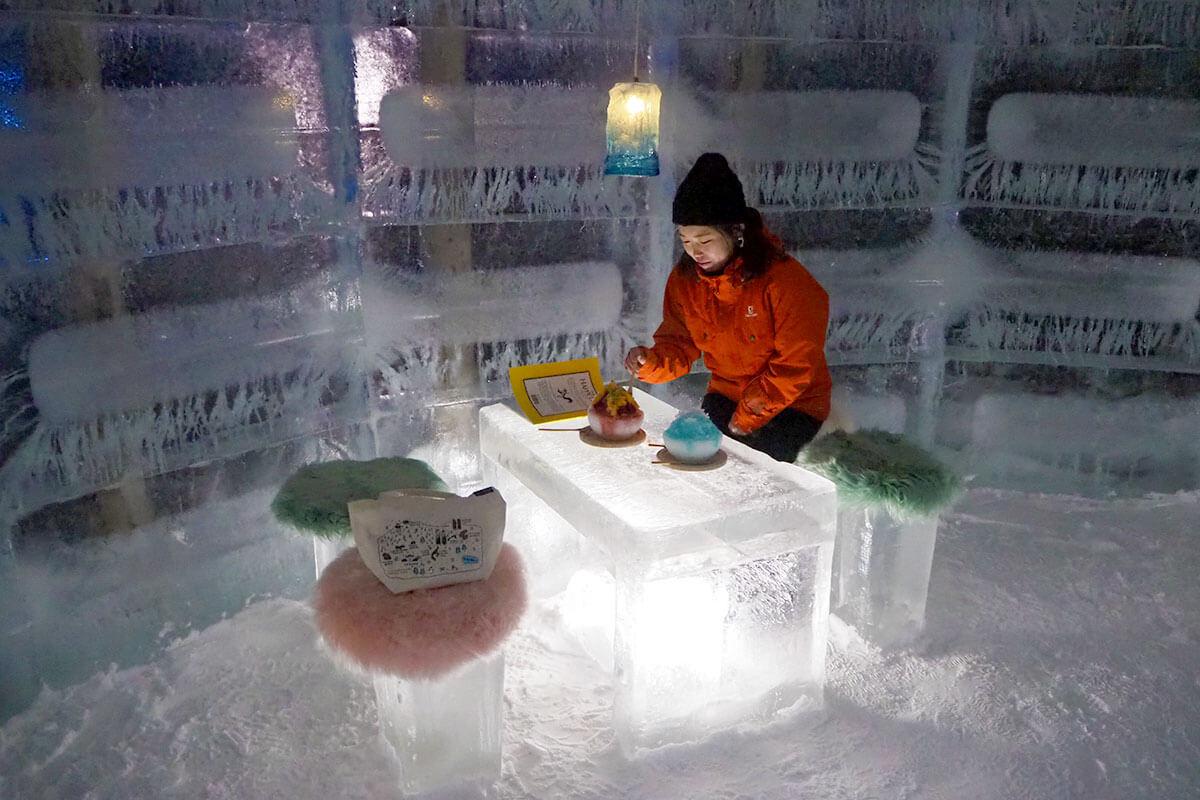 氷の椅子に座って、氷の机で、氷の器に盛られたかき氷をいただきます! これこそ、夢にまでみた氷づくしの世界!!なんとも写真映えするシーン!