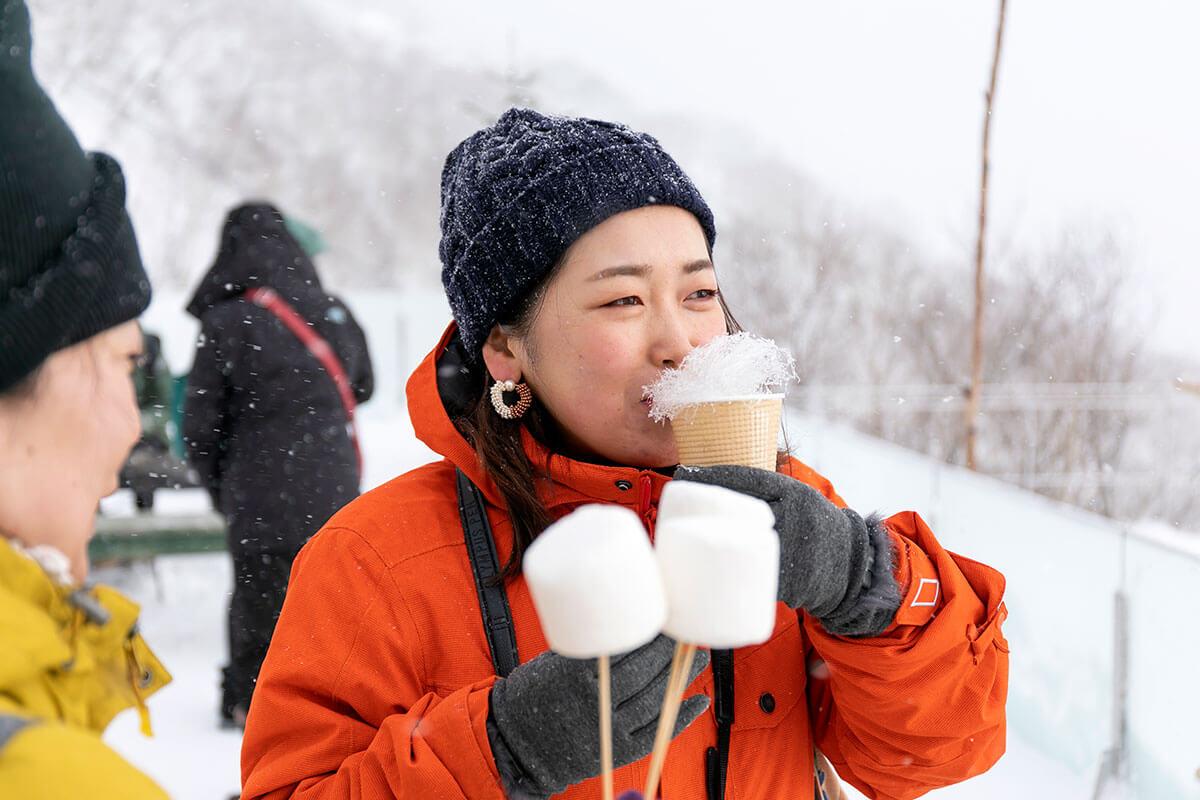 霧氷にみたてた綿菓子を溶かしながら、コーヒーで温まる〜
