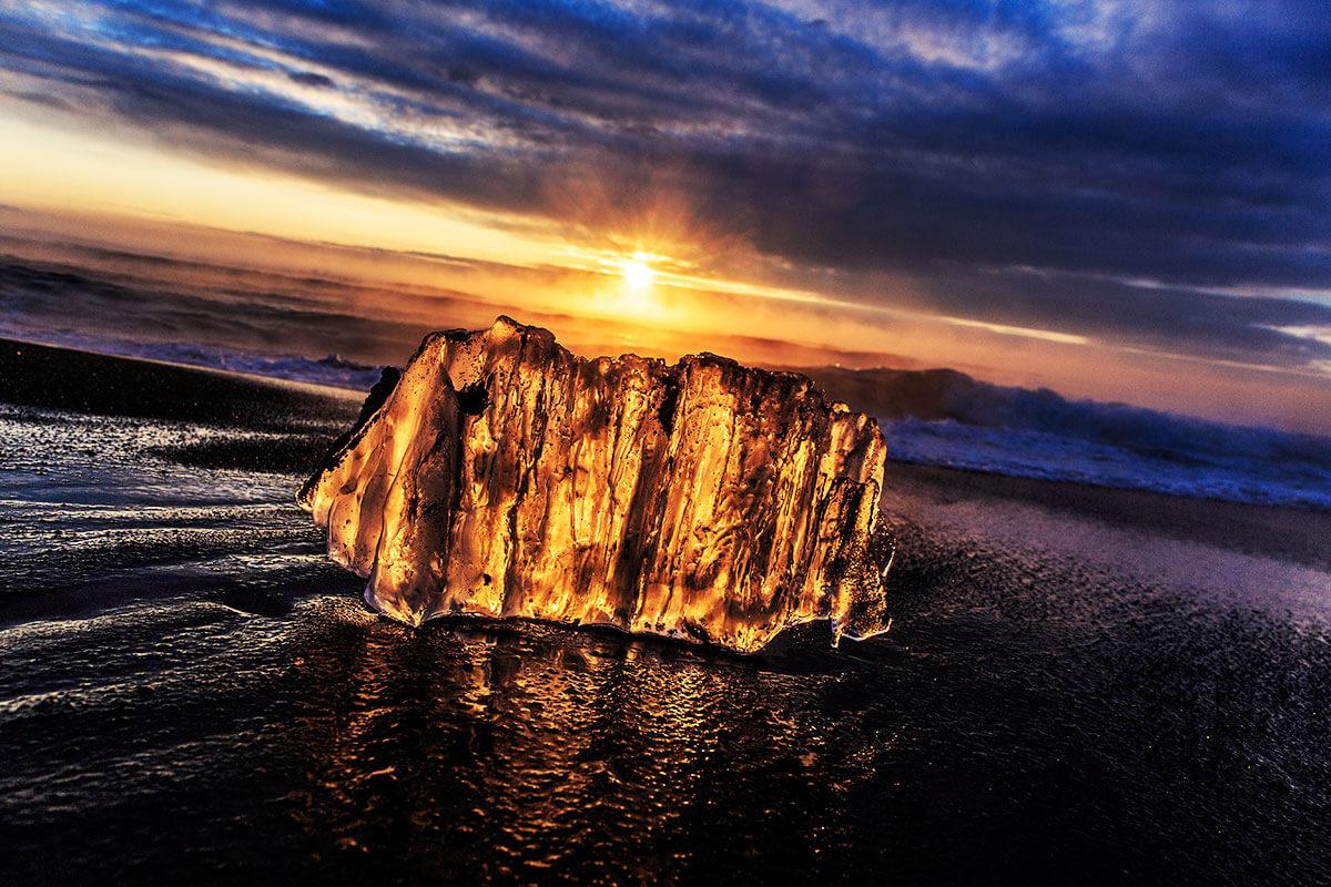 太陽に照らされたジュエリーアイスは、まるで黄金色に輝く山々のよう