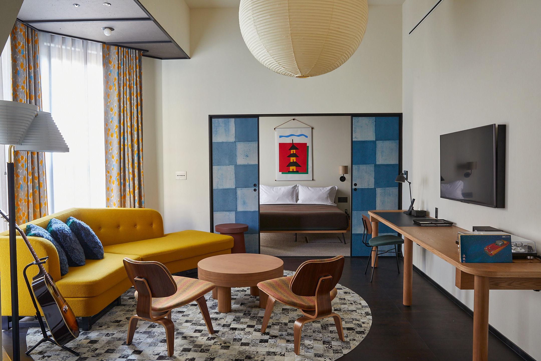 (C)Yoshihiro Makino<br /> 保存棟のスイート「Ace Suite」は、市松模様の襖やミッドセンチュリースタイルのソファ、[ミナ ペルホネン]のカーテンなどが見事に調和