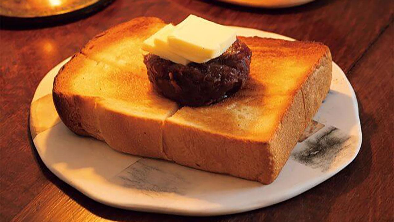 近所の[ニッタベーカリー]の食パンと、西陣[中村製餡所]の餡で作るあんバタートースト550円。11時まではモーニングセットもある