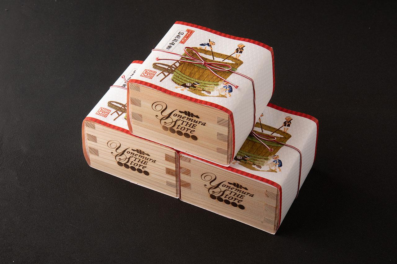 """いたおみきクッキー1300円。""""いたおみき""""とは酒粕のこと。ほんのり日本酒が香るクッキーが一号枡に入っている"""