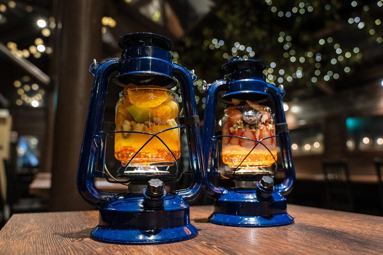左が新登場のプレミアム冬みかんパフェ、右が一番人気のいちごパフェ