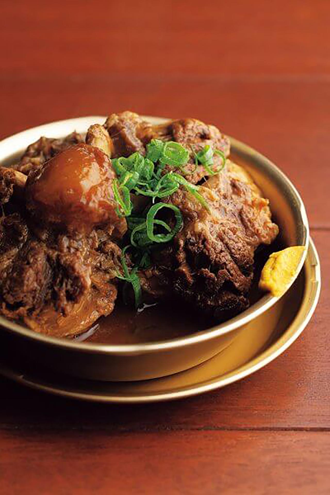 お箸でホロリの牛テールには、京都の[御幸町 関東屋]の八丁味噌のコクが染みている。赤どて牛テール980円