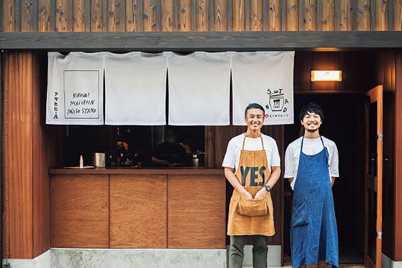 左/代表の五十棲 新也さんは1974年、京都府生まれ。大学卒業後、[まんざら]系列で4 年の修業を経て、[五十棲]を開店。現在、7店舗を繁盛させる街の元気印。右/店長の四方 大輔さん。奈良県出身。大学卒業後に商社勤務するも、飲食業への憧れが止まず[五十棲]へ。[イソスタンド][エムイソスタンド]を率いる33歳