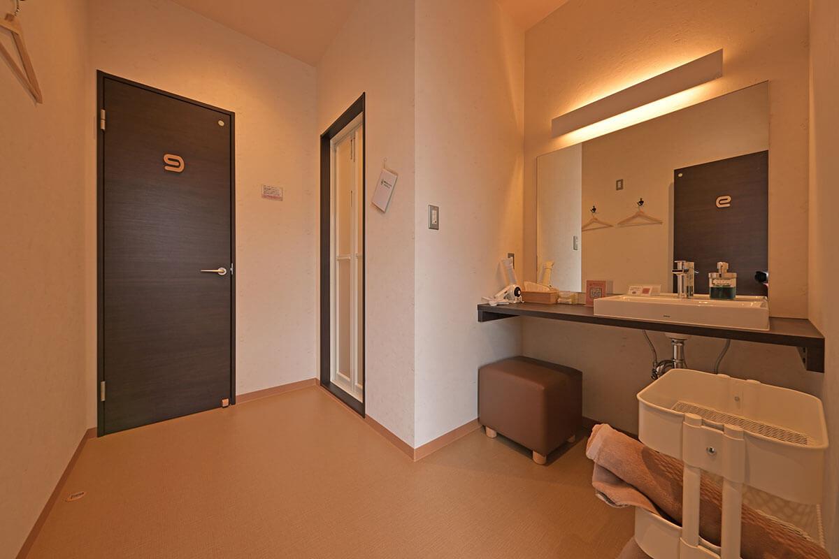 部屋はこんな感じ。洗面台や椅子もあって、快適!