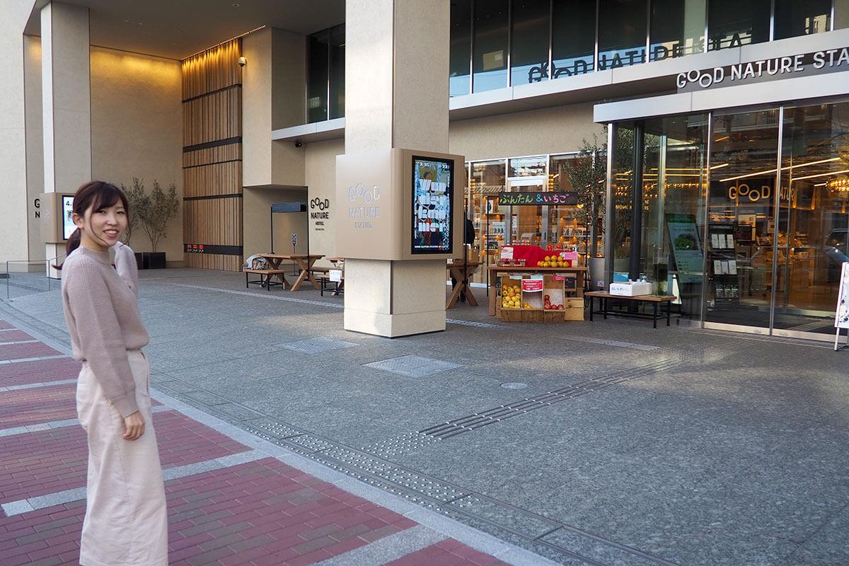 このガラス扉の正面入り口ではなく、写真でいうと左側奥の「GOOD NATURE HOTEL KYOTO」と書いてある壁の方に向かいます