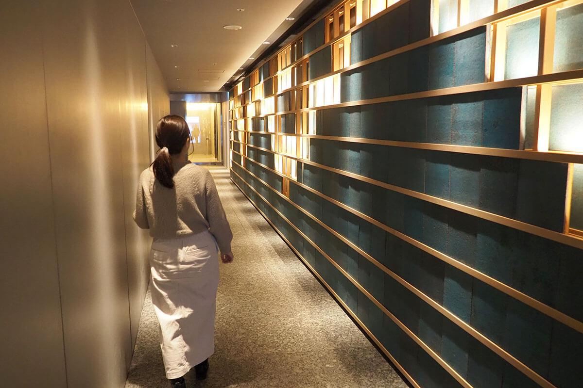 アロマの香りが漂う廊下。壁には清水焼の陶板も