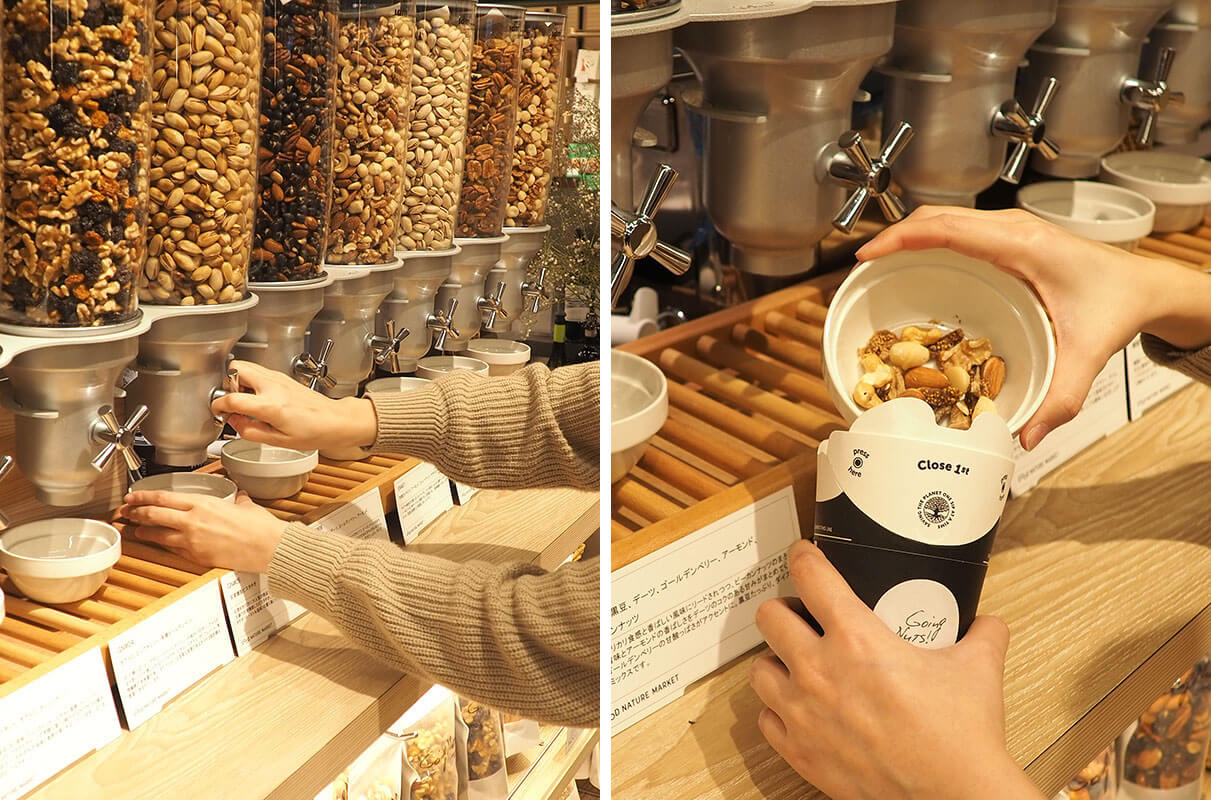 (左)レバーを回してナッツを出し(右)それをカップに入れます<br /> カップが満タンになるまで、好きな種類を入れてOK!(写真のカップはMサイズ)