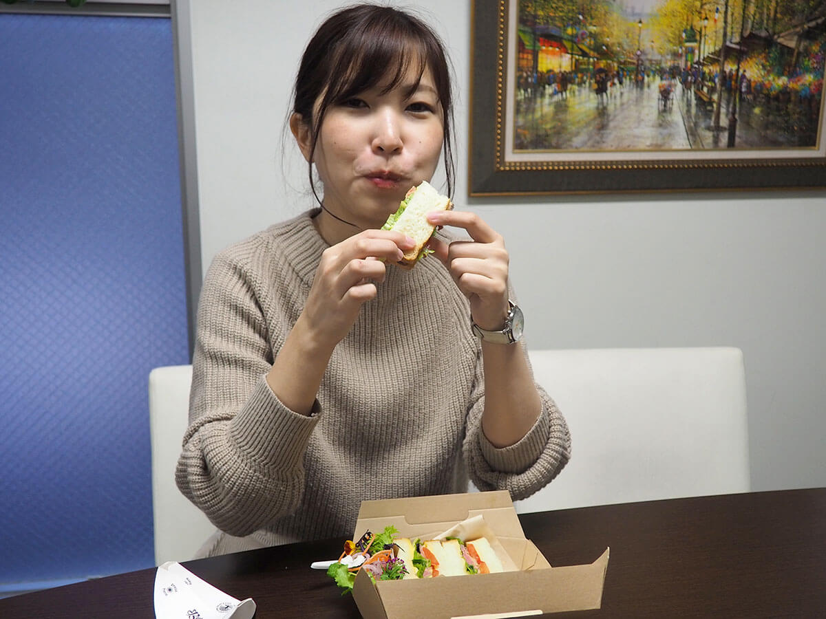 会社に戻ってから、お腹が空きすぎて早速テイクアウトしたサンドイッチをぱくり。<br /> 時間が経っても野菜はシャキシャキ!ローストビーフは柔らかくて、パンも少し甘みがあってふわふわ…。<br /> サンドイッチもこんなに贅沢なご馳走になるんだなあと感じたのでした