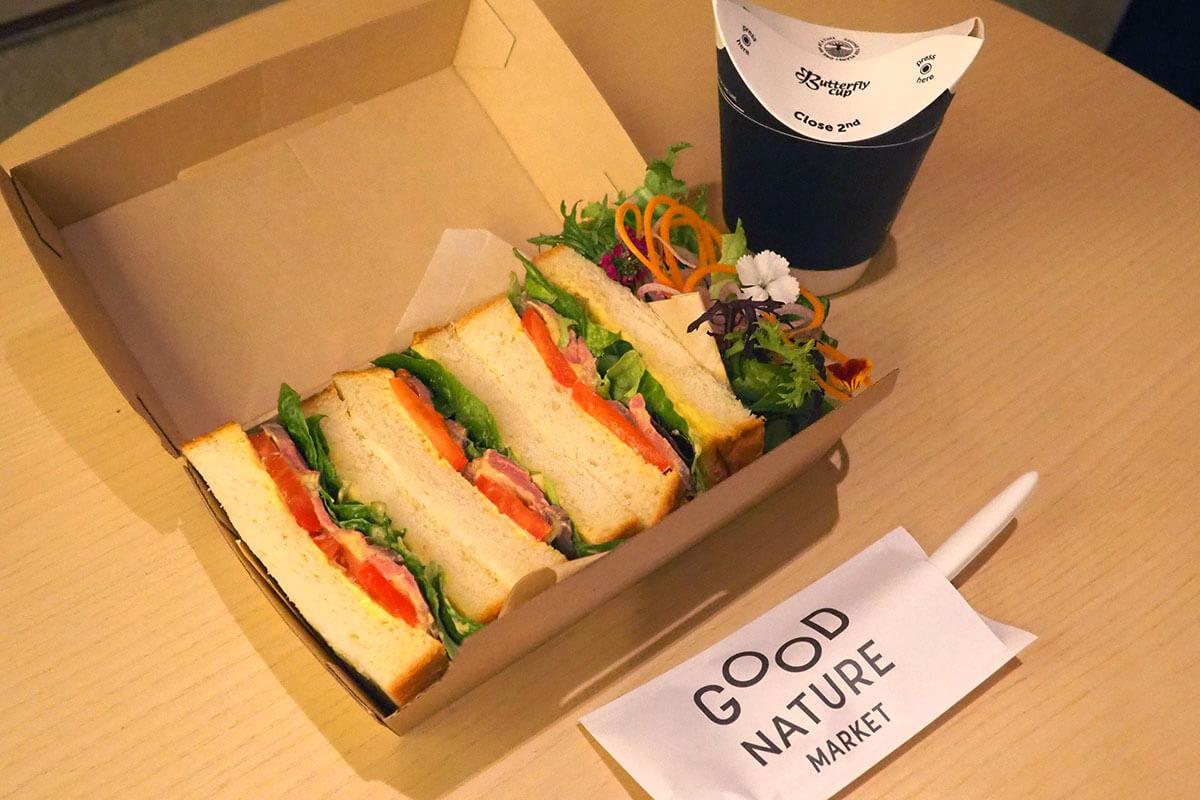 サンドイッチの横には新鮮野菜のサラダも。さらにスープもついてきます!(特別に店頭で撮影させていただきました)