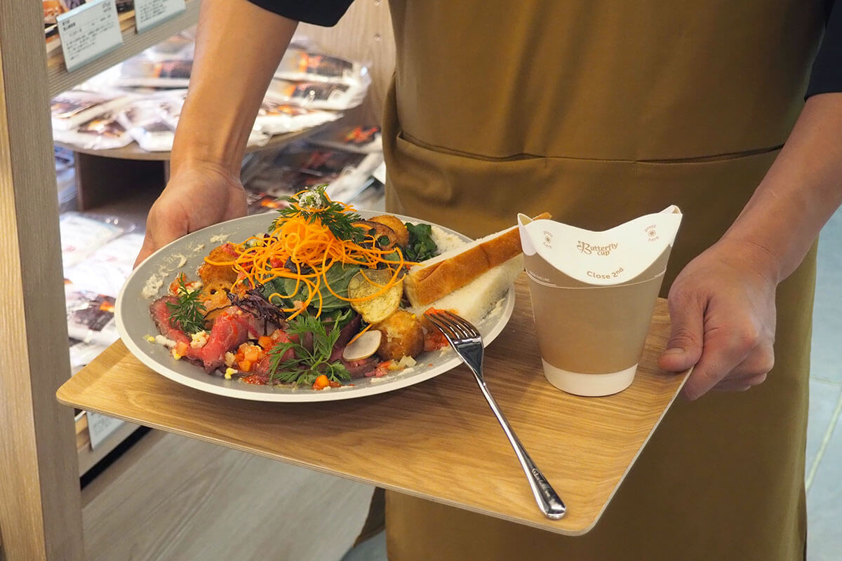 サラダと言えど、十分すぎるボリューム!セットドリンクのカップも、環境に配慮した紙のカップなんですよ〜