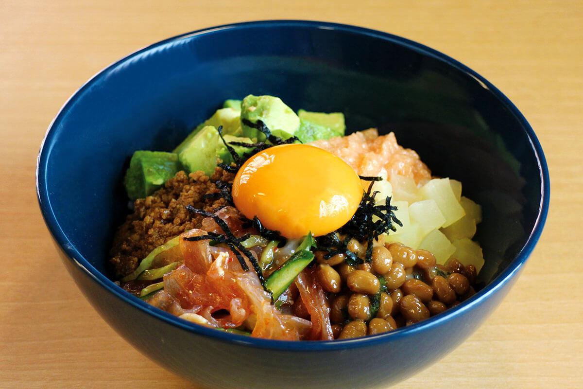 Haccomachi特製 発酵盛りだくさんBowl 980円。一気に混ぜるも良し、少しずつ部分毎に楽しむのも良し、健康的なBowlが登場です!使用している「藤原食品」の京納豆は、納豆本来の大豆の深みを感じることができます(提供/漬×麹 Haccomachi)
