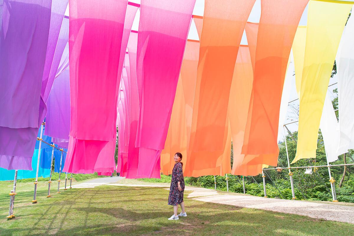 特産品・高島ちぢみを使った「虹のカーテン」