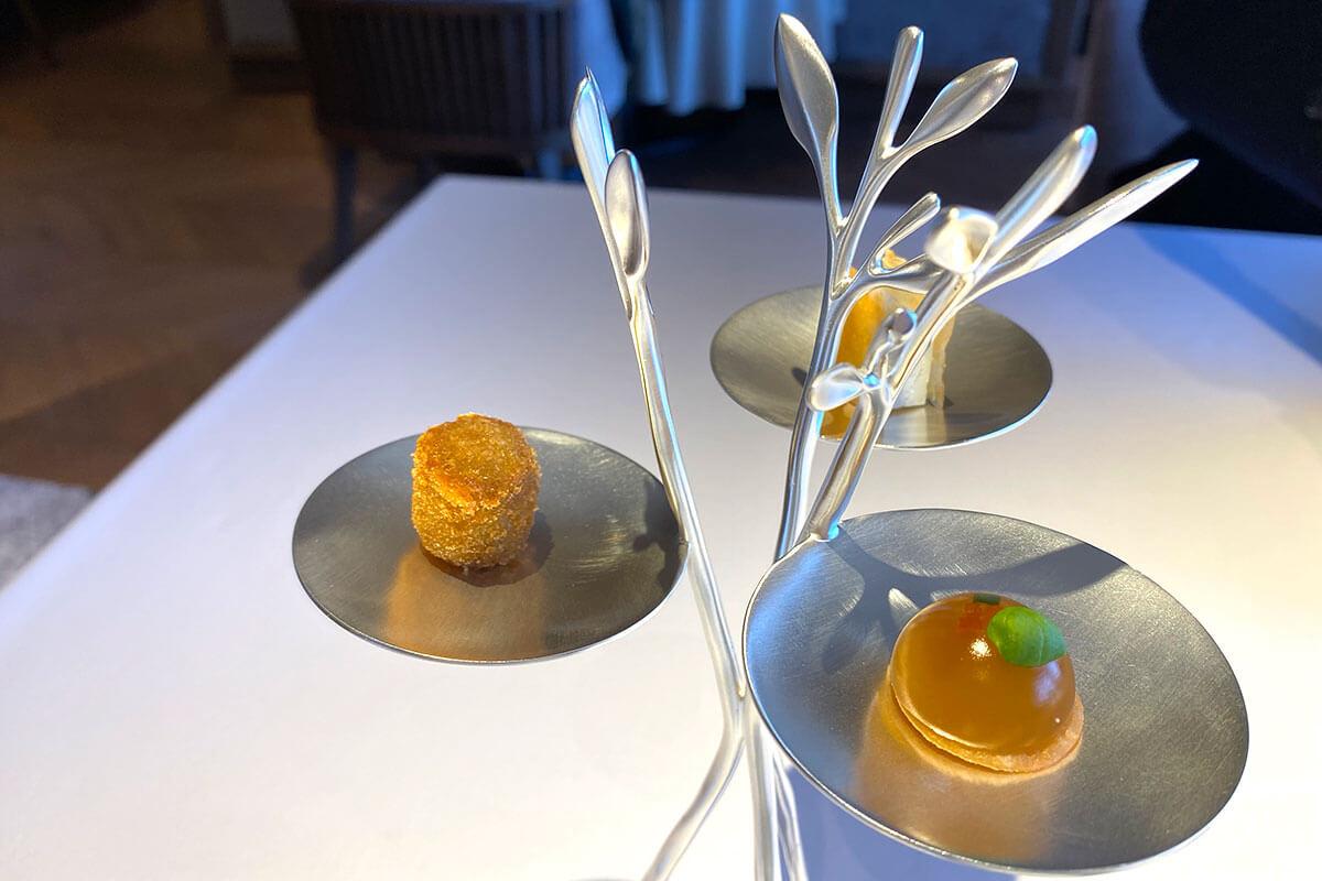 お料理はもちろん、独創的な器もとっても素敵!フランス製「BLUE LEAFS」という器は、京都の自然に合わせてチョイスしたのだとか