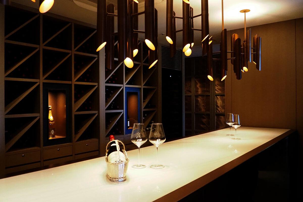 ワインセラーの様子。少し肌寒いこの部屋は、ワインにとって最高の温度、湿度で管理。ここでワインを開けるとふわーっといい香りが広がるそう