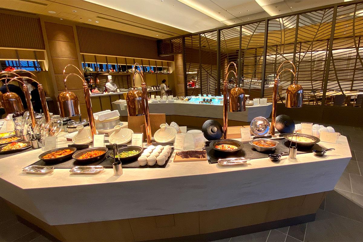 ブッフェ台に並ぶ和洋折衷の料理の品々