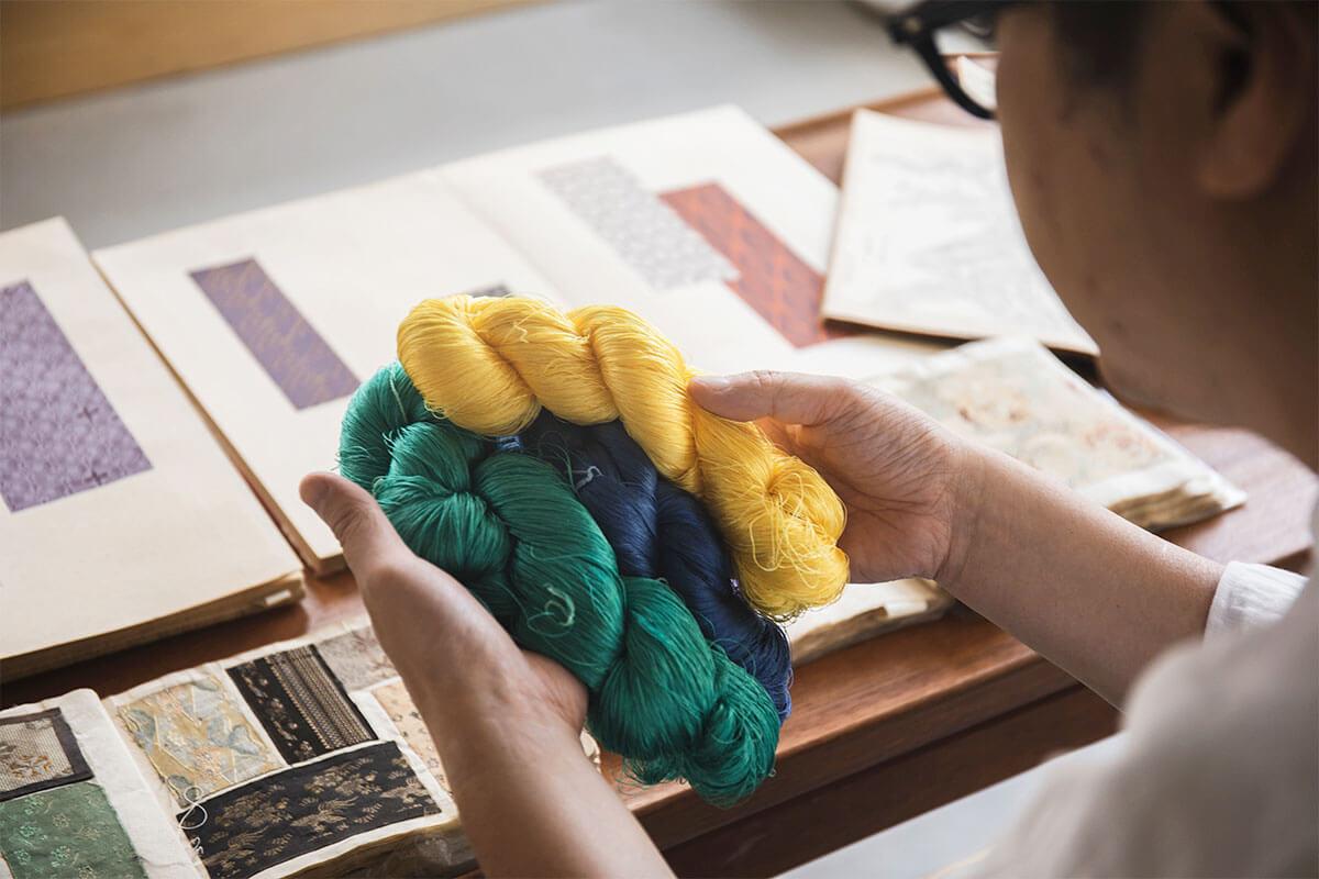 微妙な色合いを表現するため、色染めされた絹糸は数え切れないほど