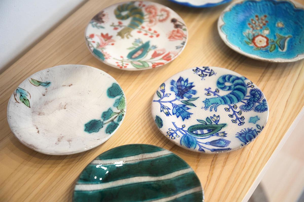 金沢のうつつ窯の器はどれも鮮やか。一点一点表情を変える様子が「eiziya ZOU」とつながる