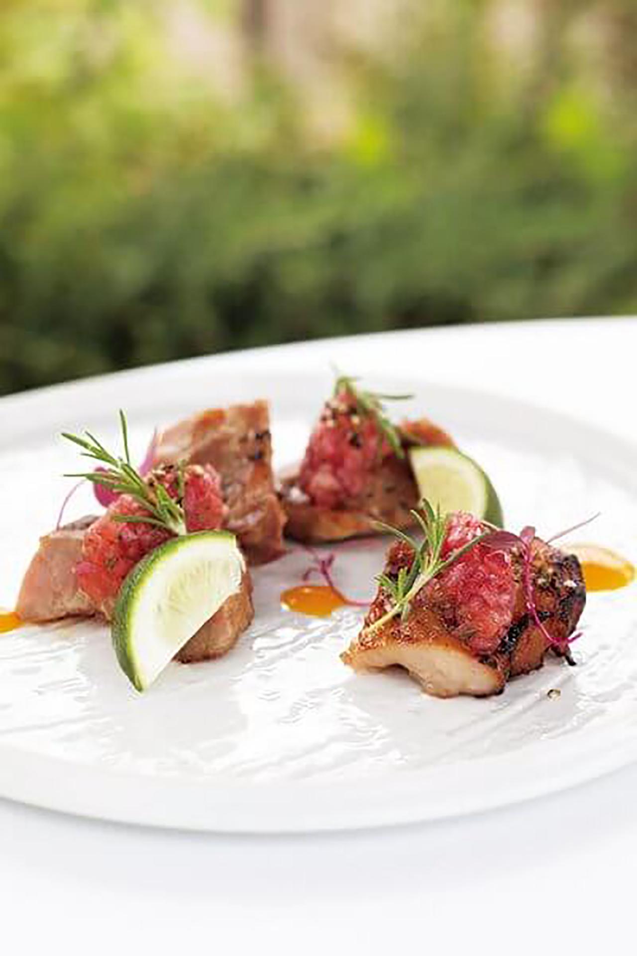 赤玉ねぎの甘酸っぱいソースに使用したローズマリーは、シェフが屋上で育てたもの。京もち豚のロースト1980円(サ別)
