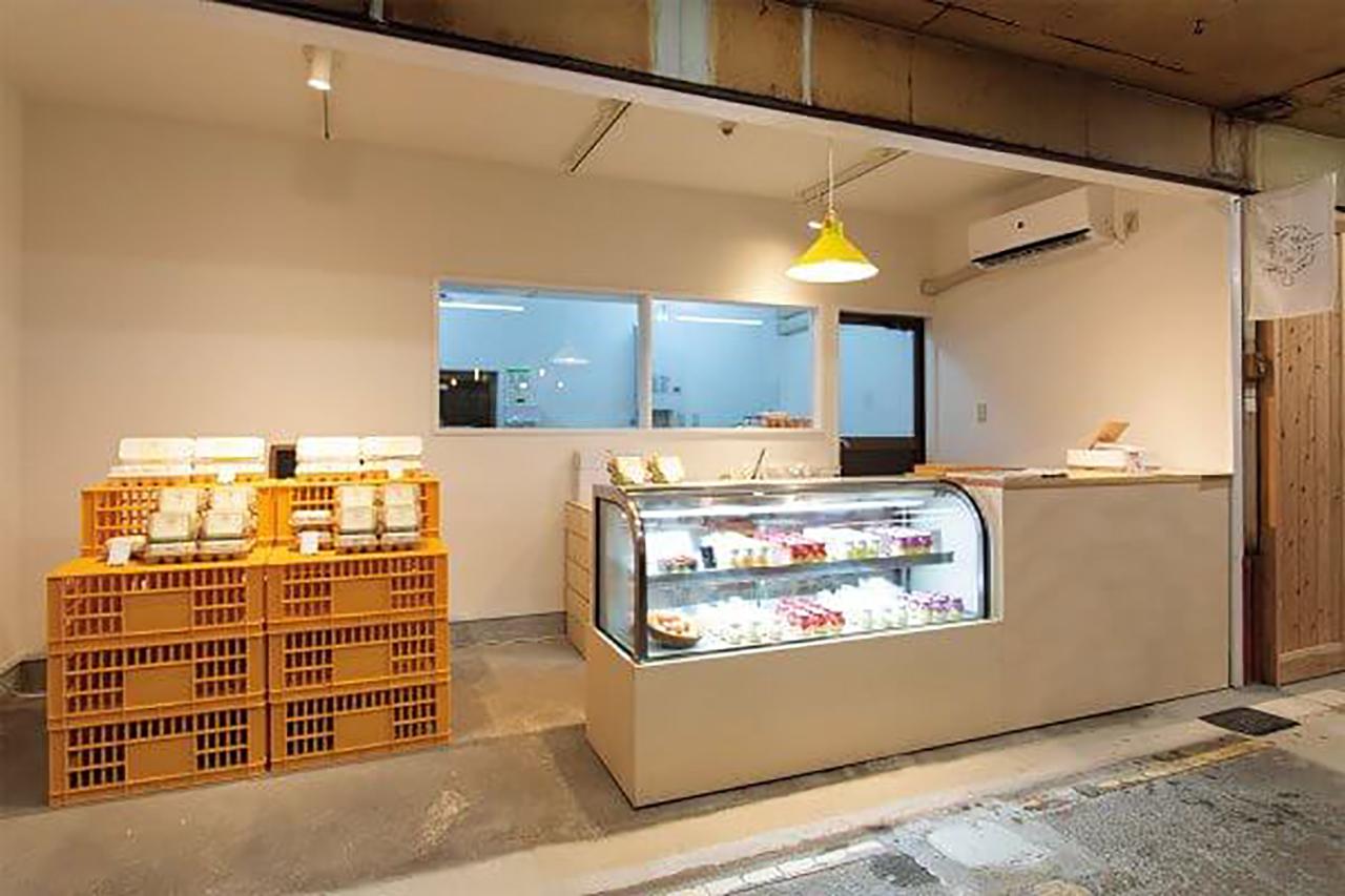 厨房を併設したショップ。一角では自慢の卵も販売