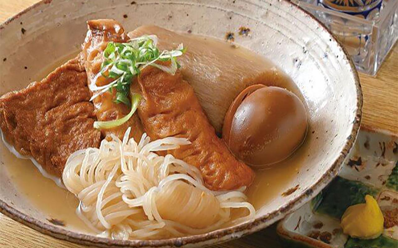 鶏ガラを約8時間炊いたコクのあるスープで仕込む、白おでん6種盛り970円。白おでんは3種盛り560円も