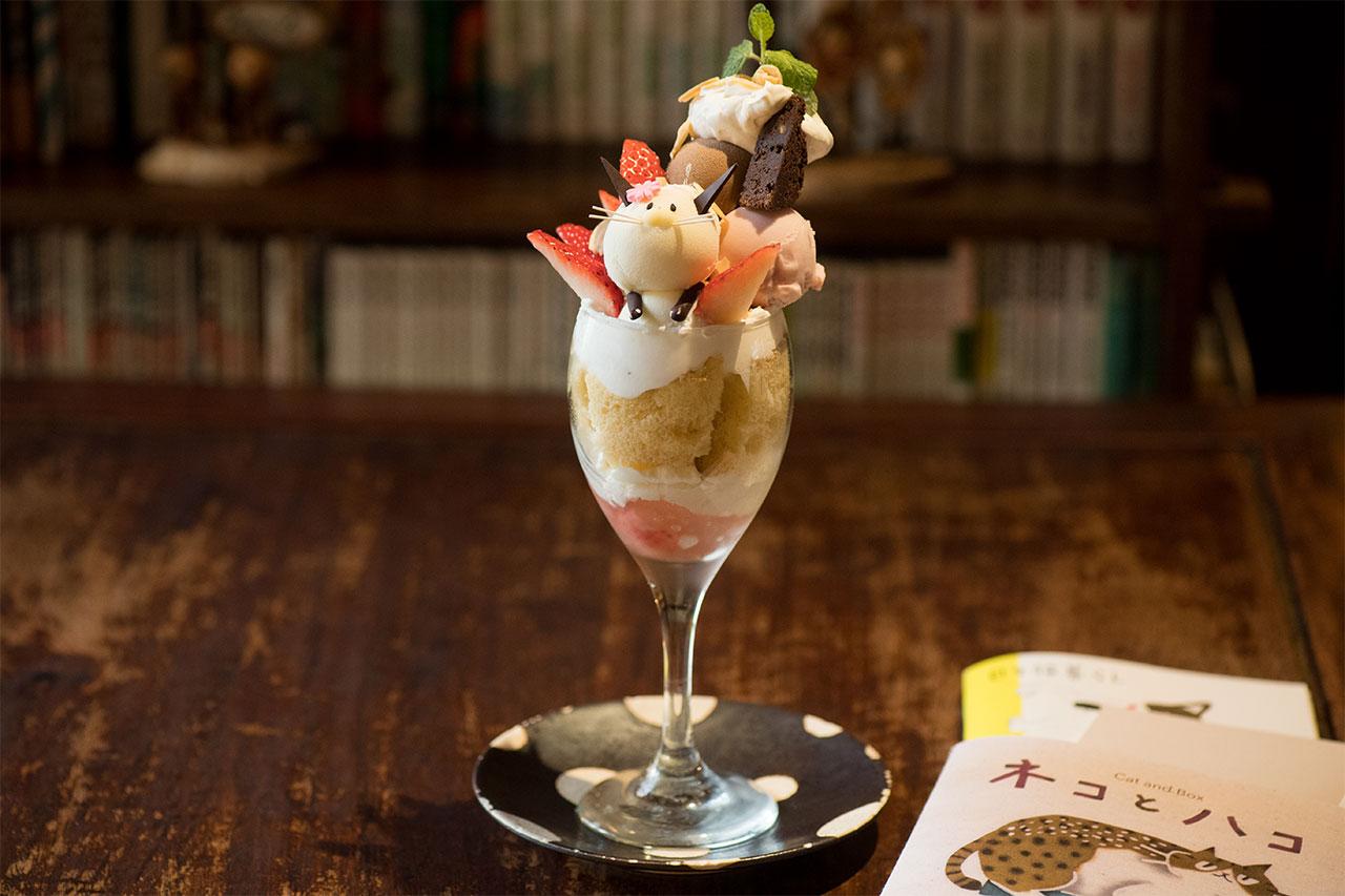 にゃんこパフェ1320円。旬のフルーツを使うため、内容は季節に応じて変わる。