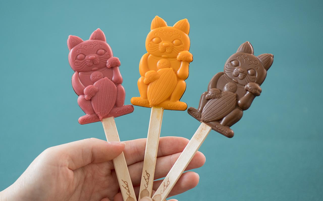 招き猫をモチーフにしたマスコットキャラクター加加阿ちゃんのスティックチョコレート1本431円