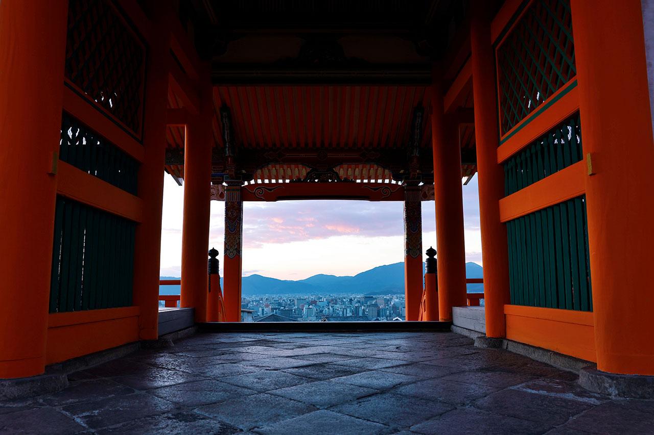 極彩色が美しい寛永(1631)年再建の西門。西山の方に日が沈んでいく夕景が素晴らしく、極楽浄土に往生する入り口だと言い伝えられている
