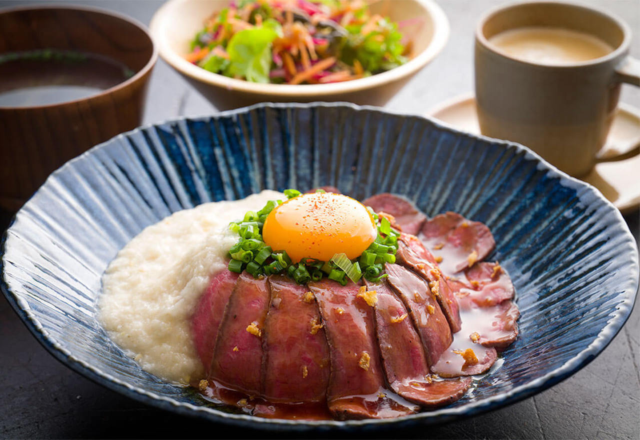 細かなサシが入った希少部位トンビを使用したローストビーフ丼1300円。見た目の美しさからも肉の美味しさが伝わる一皿は、ひと口で甘みと旨みを存分に感じられる