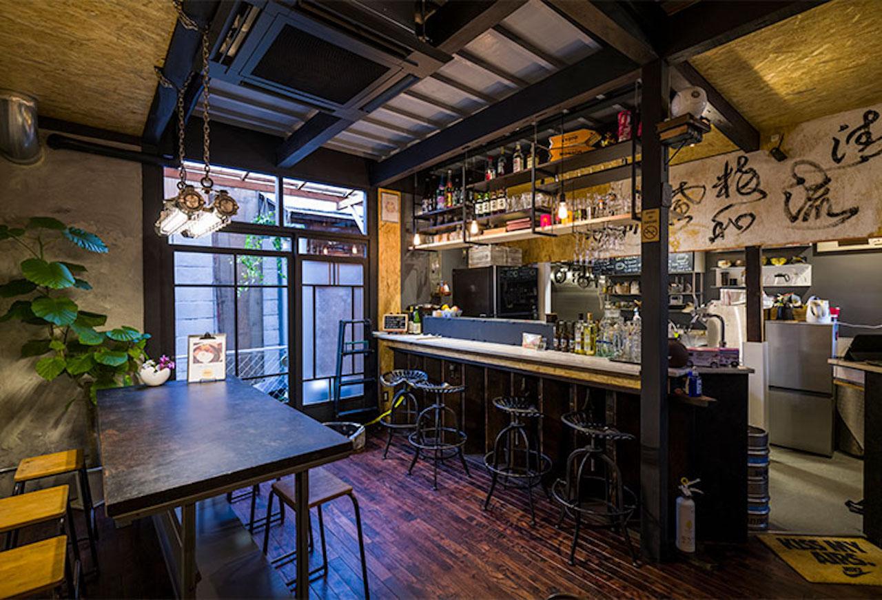 築90年の古民家をリフォーム。家具や照明は工業的なデザインでまとめ、懐かしさとスタイリッシュさを感じさせてくれる