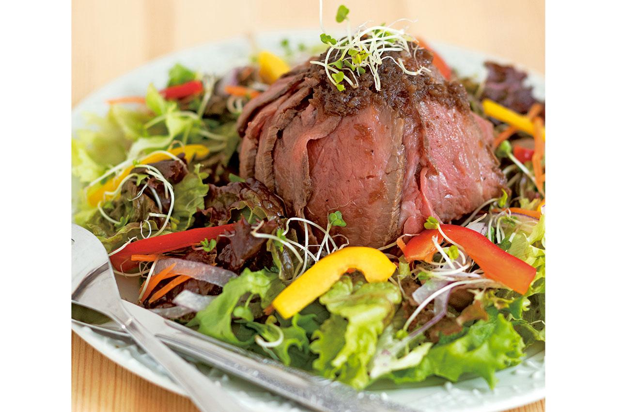 ローストビーフサラダ丼1320円。すりおろした玉ねぎを赤ワインやハチミツなどと煮込んだソースが絶妙。肉の下にはガーリックライスが