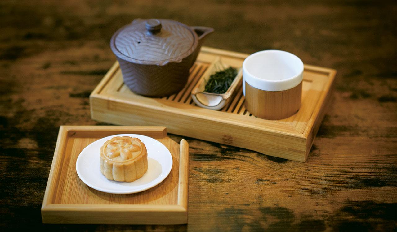 京都の童仙房の煎茶に添えられていたのは、みかん味の自家製月餅。スイーツはすべて植物ベース。プレミアム日本茶デザート付き1400円(税込)