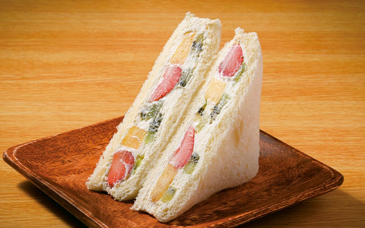 いちご、パイン、キウイ、バナナを使用したミックスフルーツサンド800円。食べる箇所によっていろんな味が楽しめる