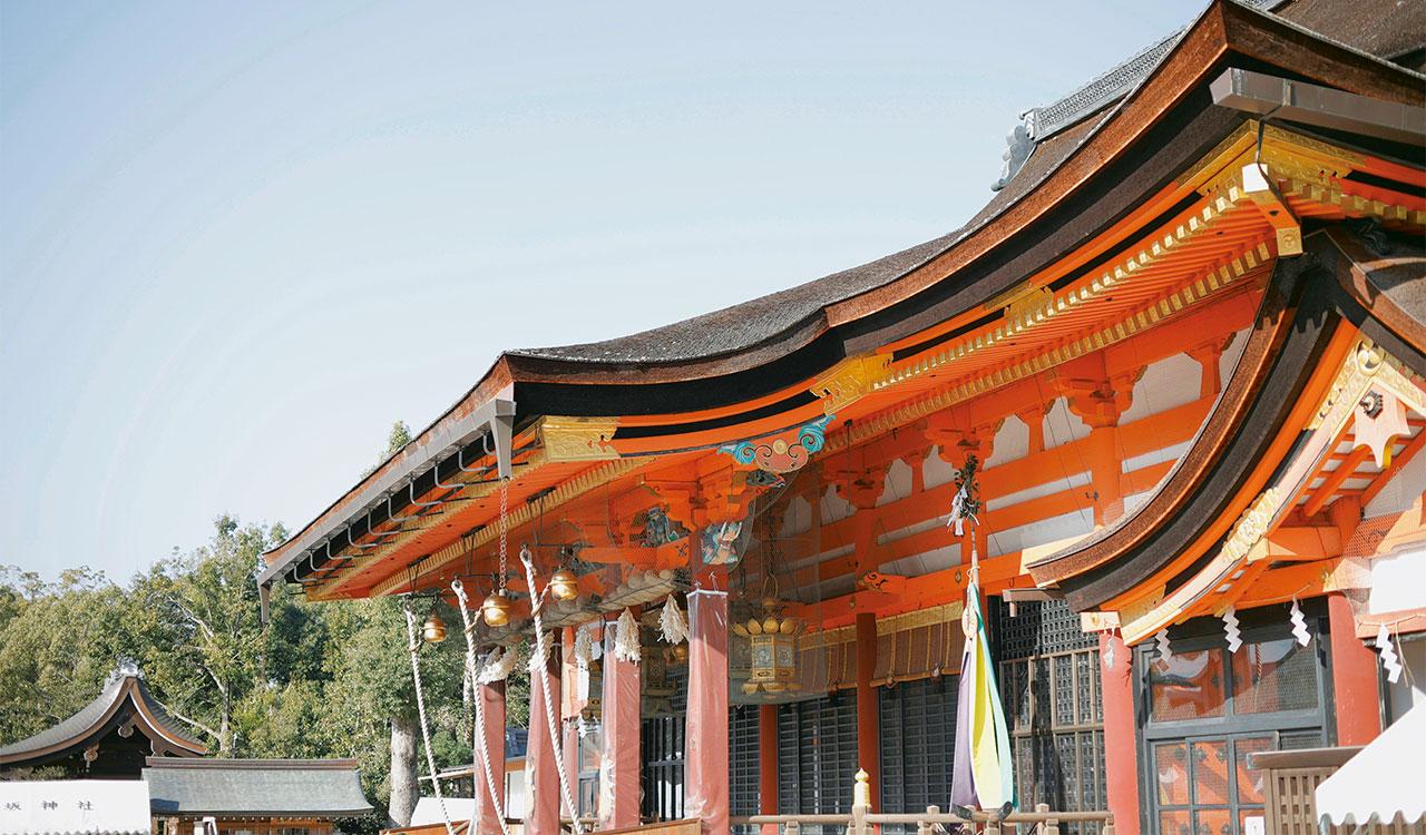 八坂神社のご祭神は素戔嗚尊(すさのをのみこと)。妻の櫛稲田姫命と子の八柱御子神も一緒に祀られている