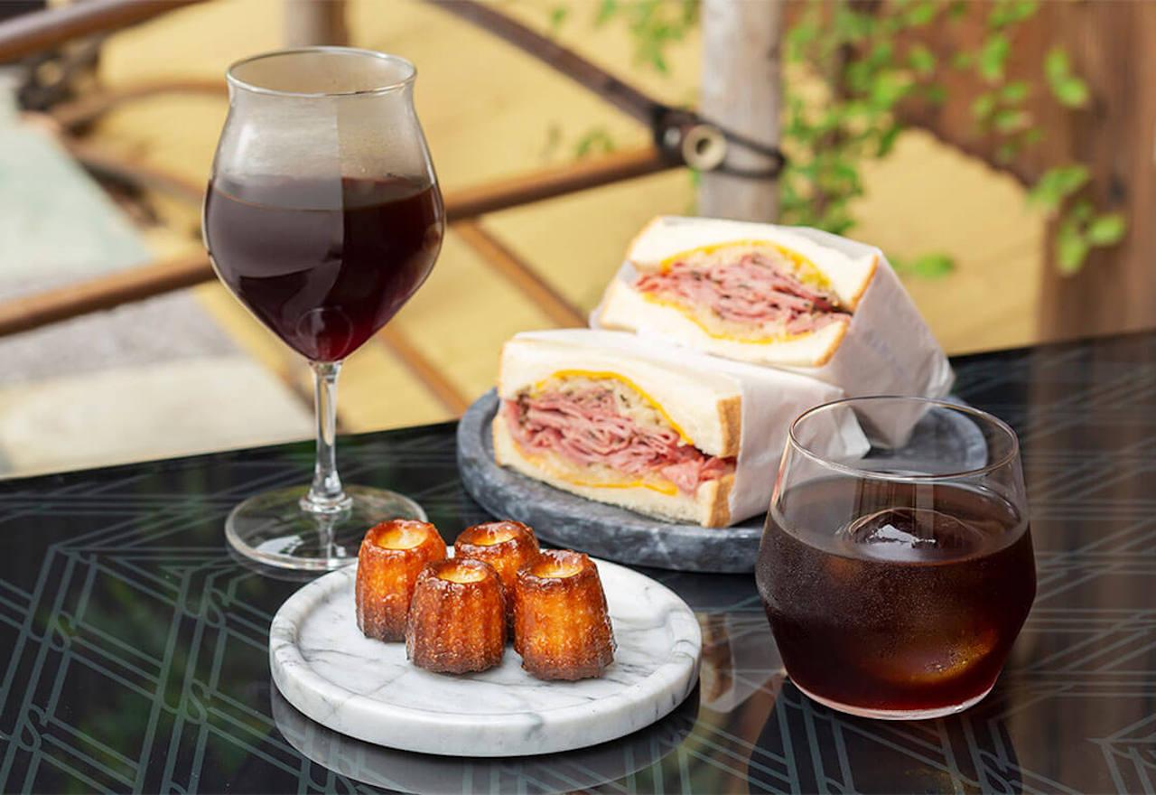 ハンドドリップは焙煎度合によってワイングラス・マグカップで、水出しコーヒーはロックグラス各450円でと器にもこだわる。自家製カヌレ250円〜(2個)やルーベンサンド650円も