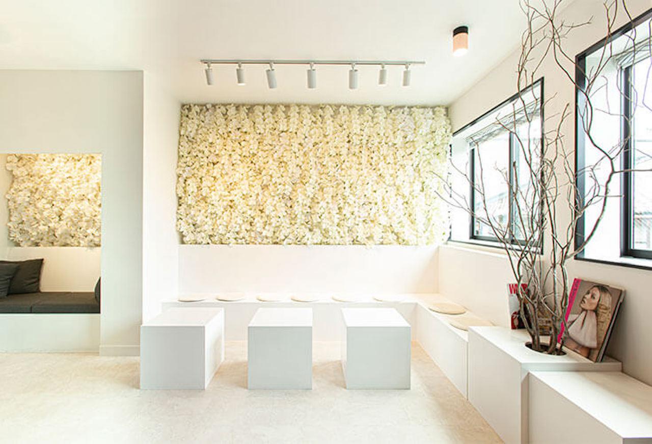 テーブルやソファー席など白を基調にした2階席。壁にはたくさんの美しい蘭の花が敷き詰められスタイリッシュな空間が広がる