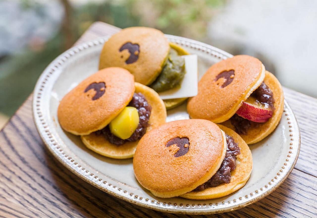 京都老舗餡子屋の餡を使用した「あずき」、「抹茶&ホワイトチョコレート」、「くり」、「季節の味」の4種が揃う。各300円