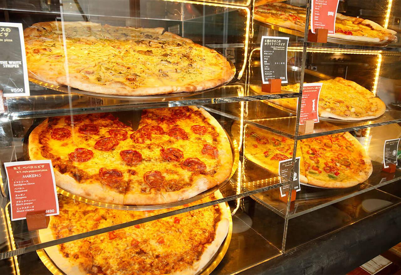 ピザは常時5、6種類が並び、1日で10種類ほどが登場。価格は390円、490円、590円の3タイプ。制服割、楽器割、子連れ割といったユニークな割引サービスも