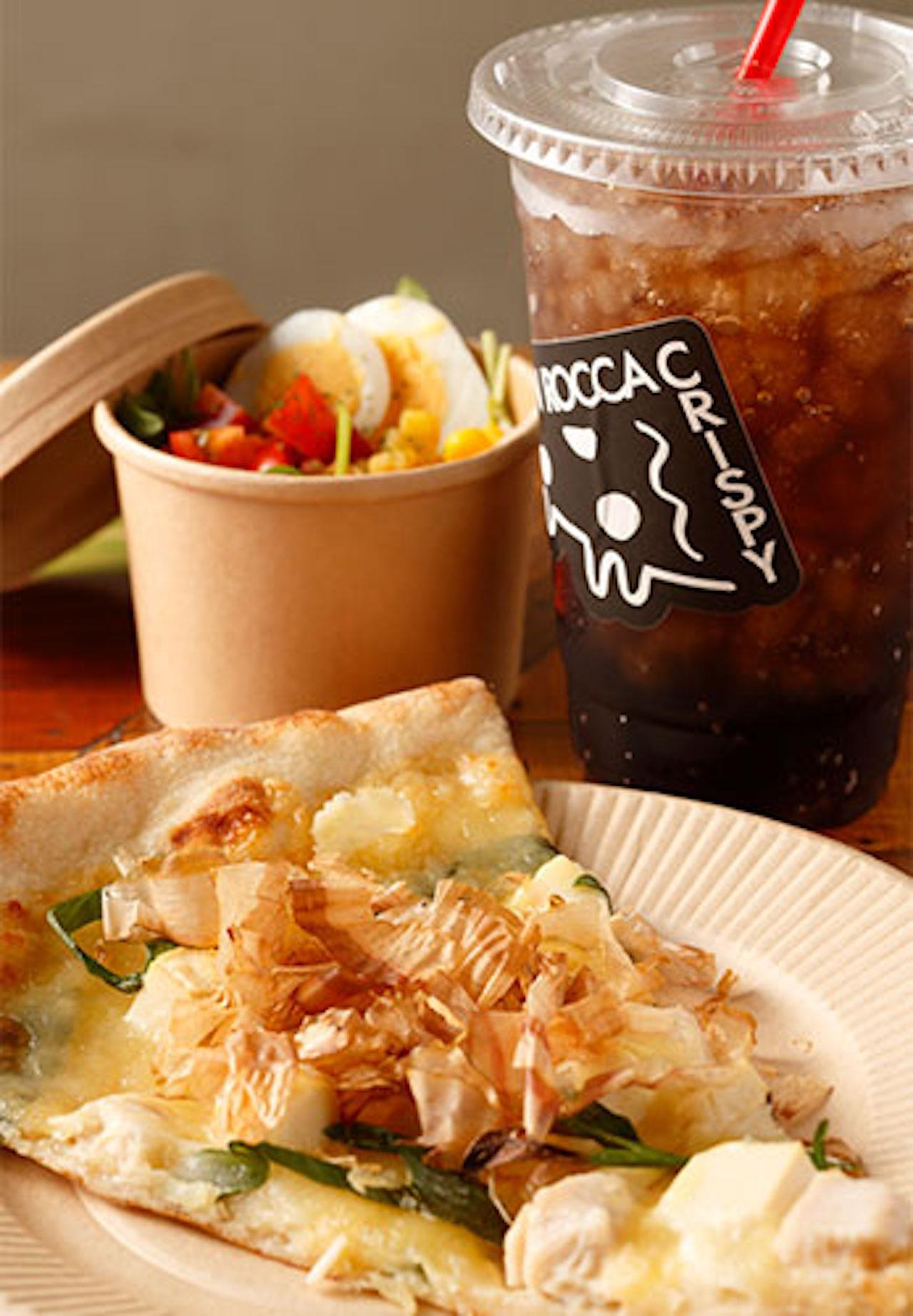 ROCCA SETなら+400円で、白味噌と九条ネギの京風ピザくるり490円など、好きなピザにドリンクとサラダorスープが付く