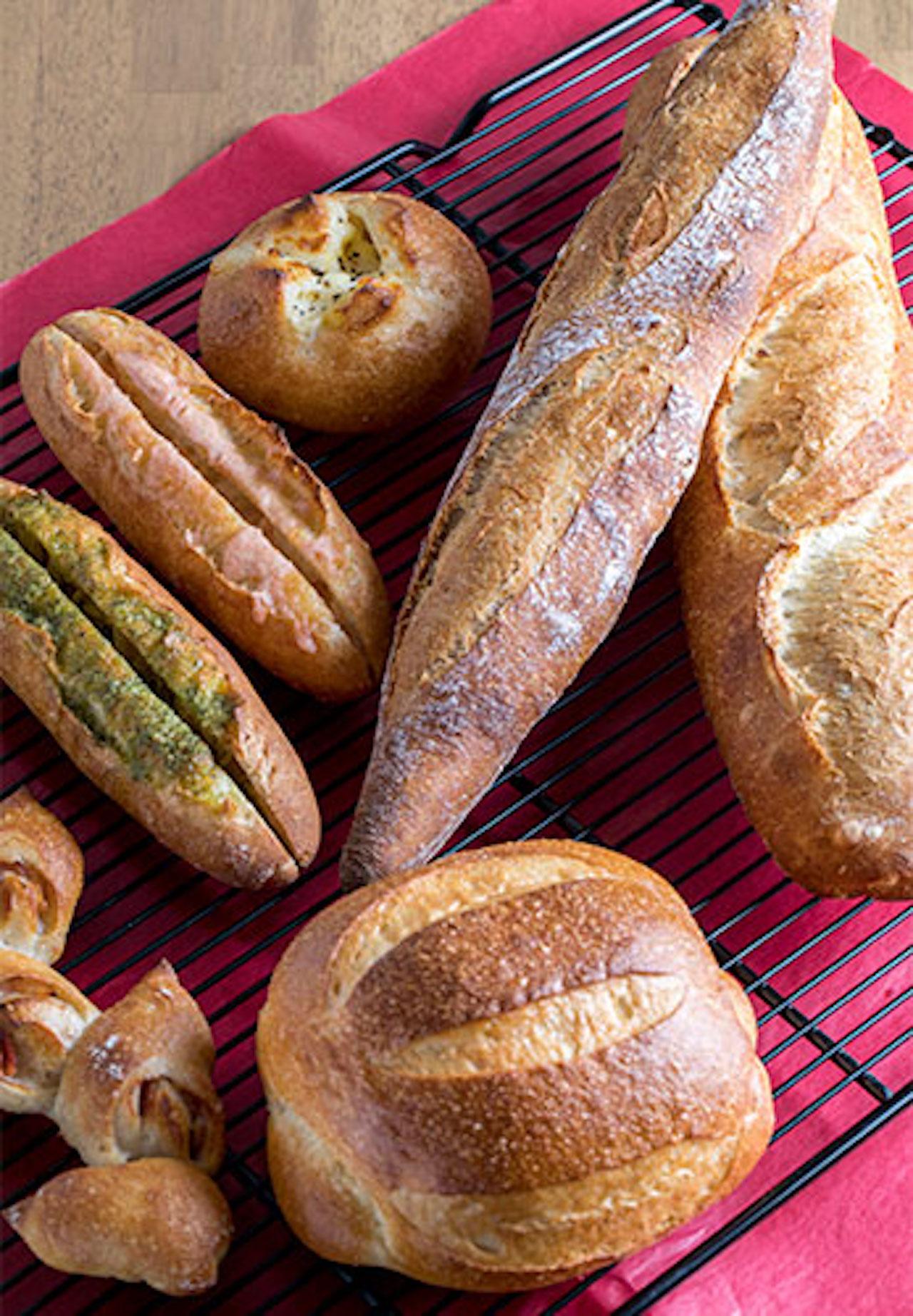 長時間発酵バゲット280円は皮が薄くて食べやすく、細長い低温熟成バゲット250円はカリッと香ばしい。フランスパン生地系も人気 ※すべて税別価格