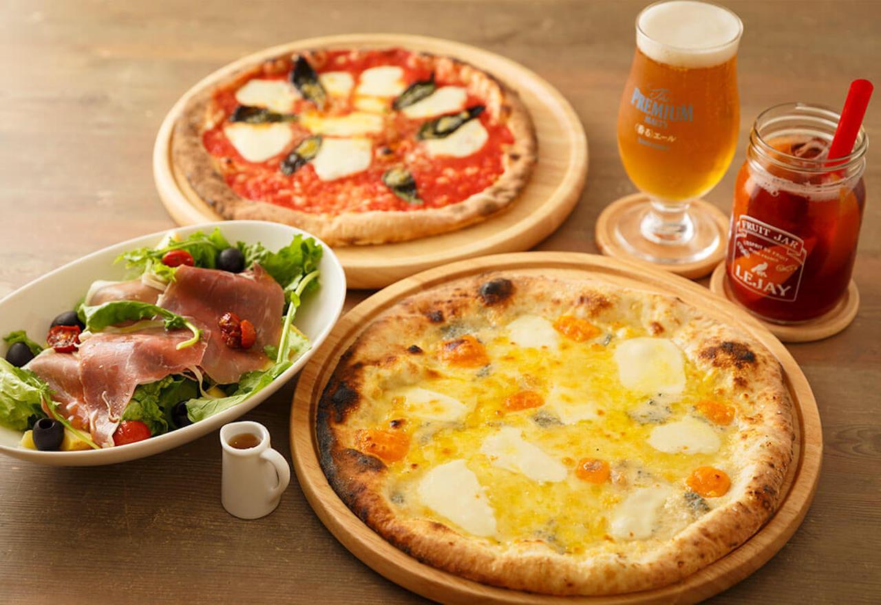 ゴルゴンゾーラ、パルミジャーノ、モッツァレラ、ステッペンチーズの4種類をトッピングしたクアトロ・フォルマッジ1800円。生ハムやドライトマトなどの6ピースサラダ800円