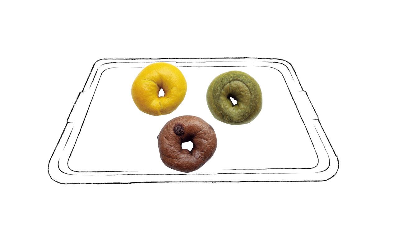 もちもちとした食感のベーグルは15種ほど。上から、カレーベーグル280円のキーマには大豆ミートを使用。宇治抹茶大納言ベーグル230円。チョコ×チョコベーグル200円