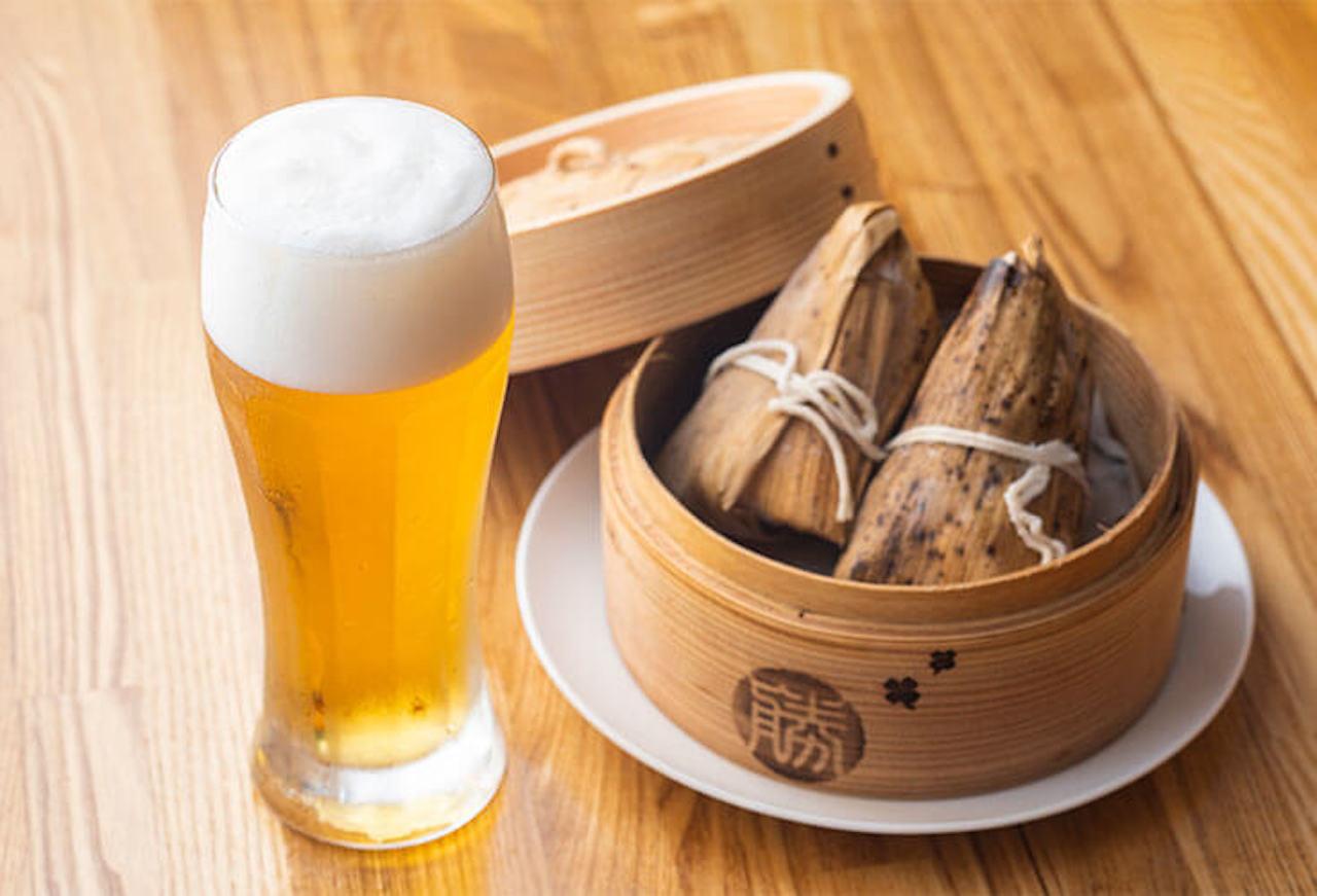醤油味の大ぶりのちまき1個300円も人気。相性抜群のビール600円と一緒に。野菜蒸籠とビールのちょい飲みセット1000円もアリ ※すべて税別価格
