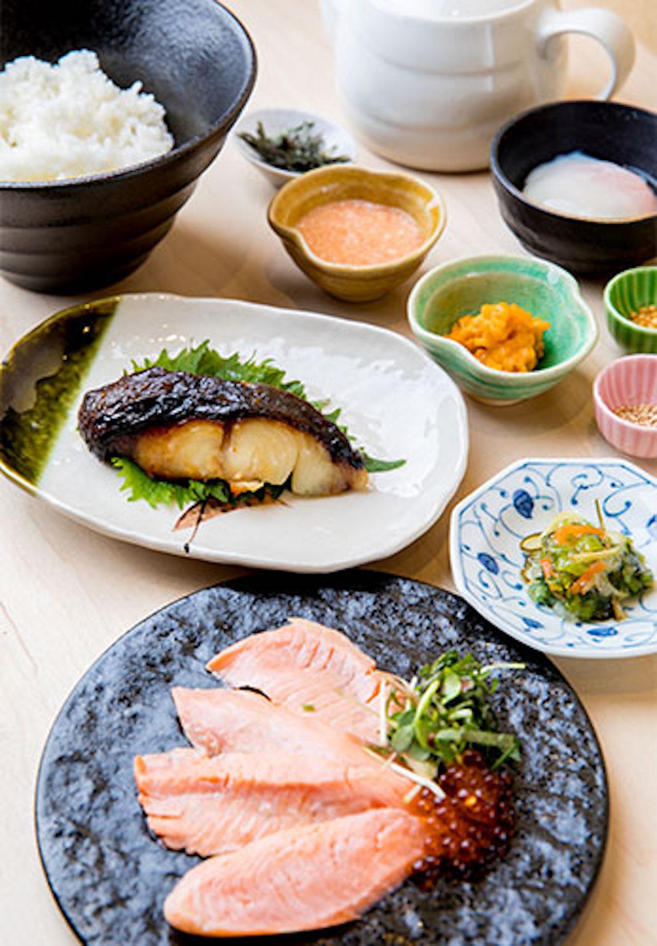 炙りサーモンとイクラのだし茶漬け かれいの西京焼き1800円。セットメニューのだしはとろみのついた湯葉あん。ごはんはおかわり自由