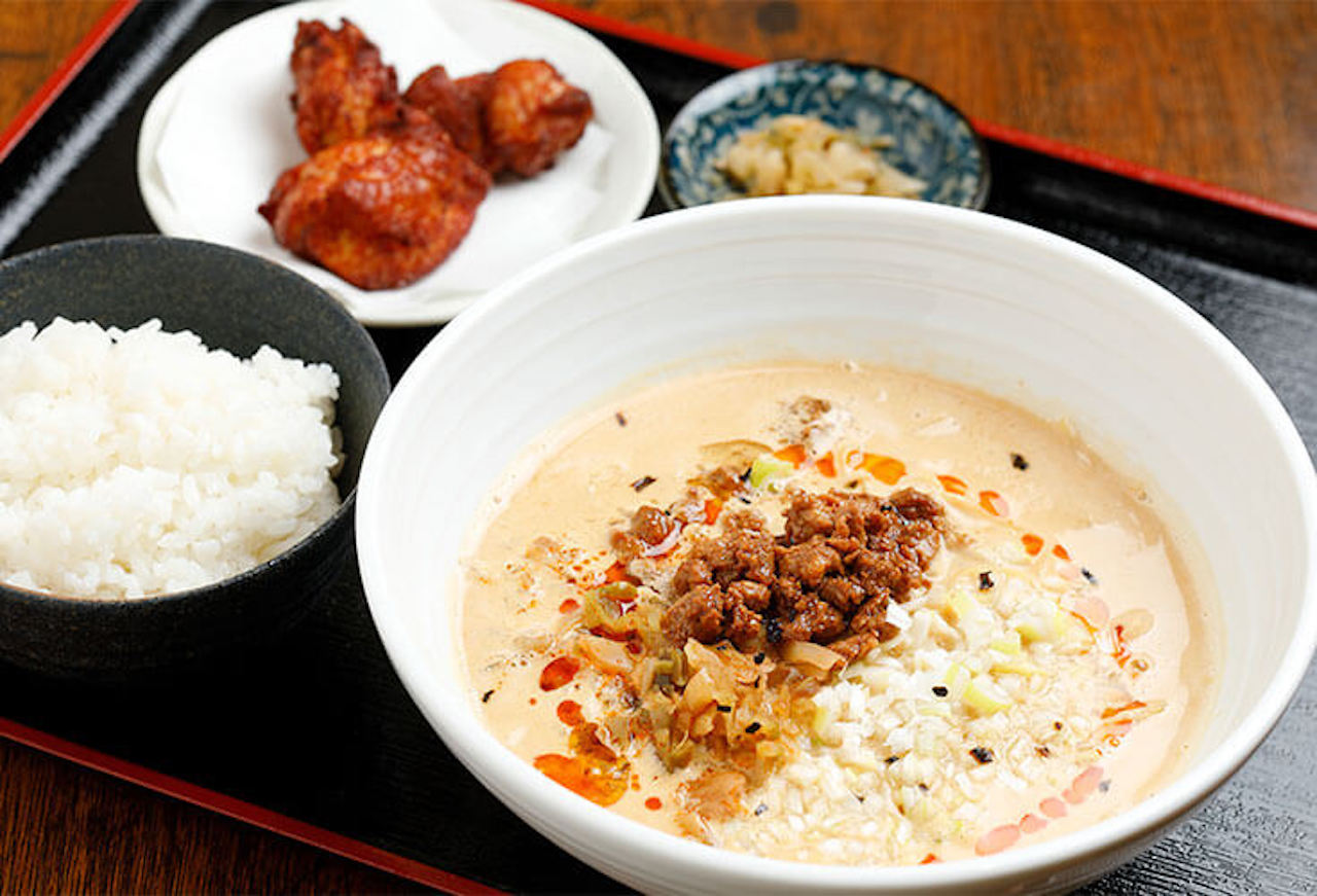 自慢の唐揚げがつく唐揚げセット1100円。辛さ控えめのスープにこだわりのストレート玉子細麺が合う。山椒やニンニクで味変も好評