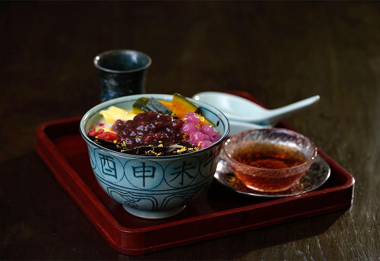 京都では珍しい台湾スイーツ、芋園780円。紫芋やかぼちゃの団子、仙草ゼリー、餡など10種から4種のトッピングが選べる。ミルクベースのほかチーズフォームもおすすめ