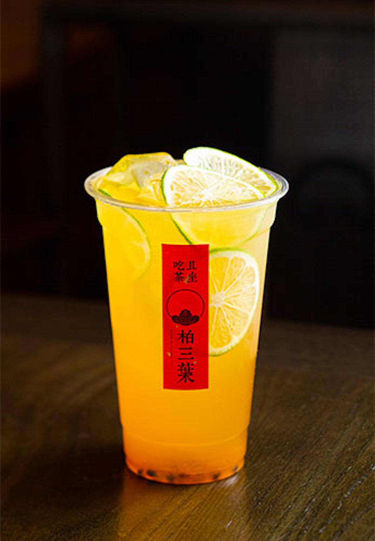 ティードリンクも多彩で、香りの良い四季春茶とフルーツの取り合わせはオリジナル。パッションフルーツと四季春580円