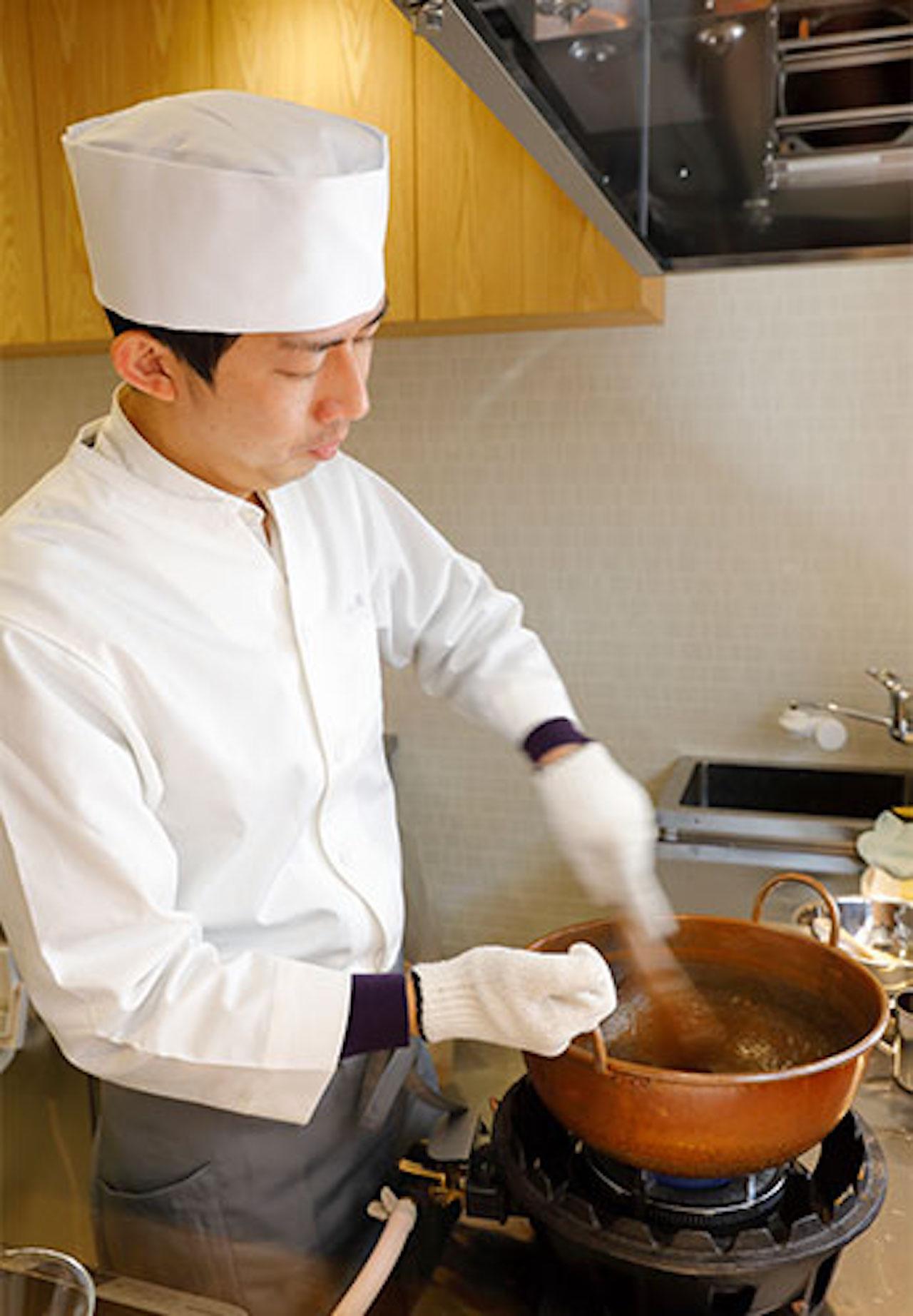 注文後、熟練の京菓子職人が、銅製の鍋で「本練り」という技巧で練り上げる。とろりとした食感が続くのはわずか3分だとか