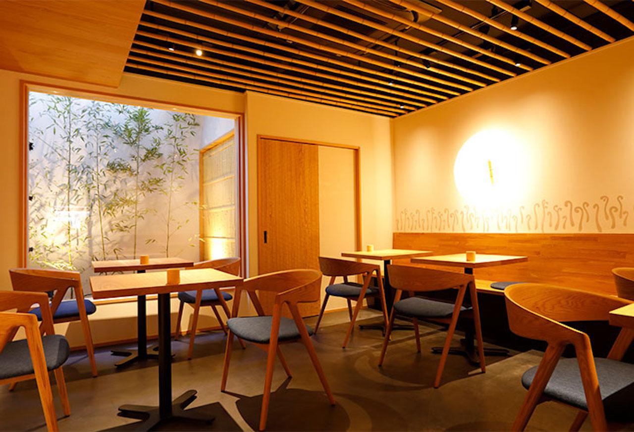 龍安寺から南へ徒歩8分、本店の隣にオープン。奥には坪庭のあるテーブル席がある。観光や散策の途中に立ち寄るのもおすすめ